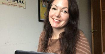 Sfi-lärare Annika Ersson framför en bärbar dator.