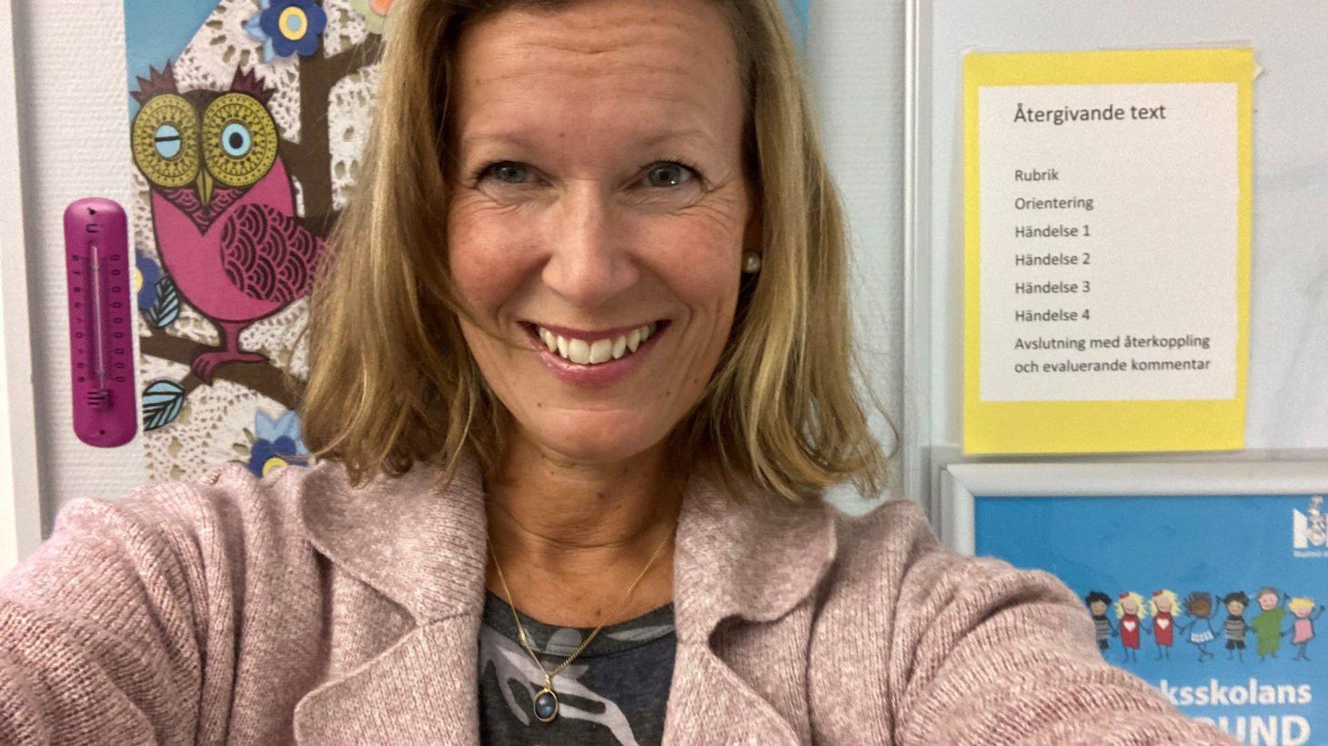 Anna Schylander tar en selfiebild i klassrummet.