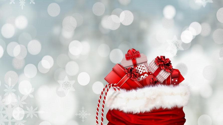 Julklappar ligger i en tomtesäck.