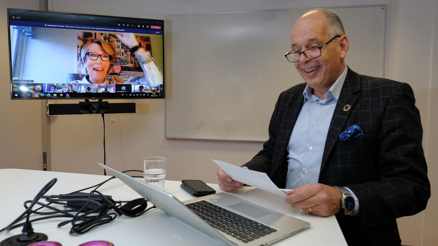 Man sitter framför dator där Lisbeth Bern sitter med via dator.