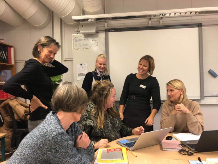 Grupp av lärare skrattar och pratar.