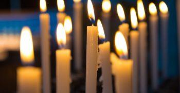 Tända ljus i kyrka.