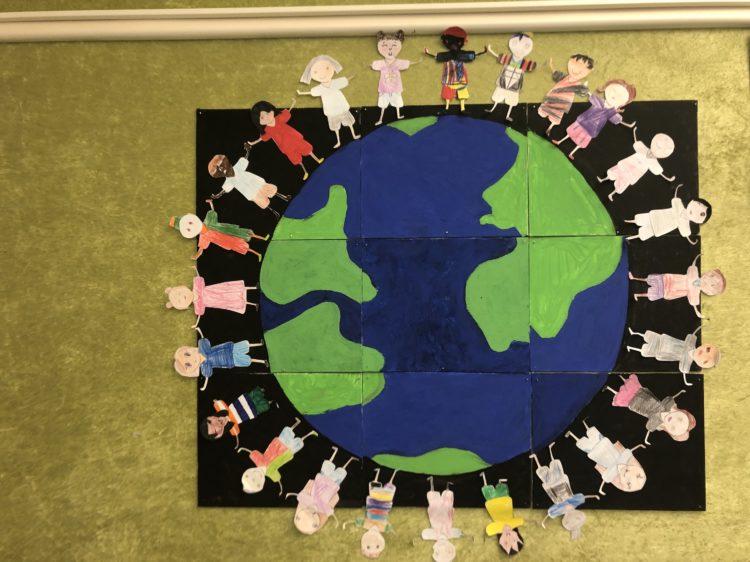 Tecknade barn håller varandra i handen kring ett jordklot.