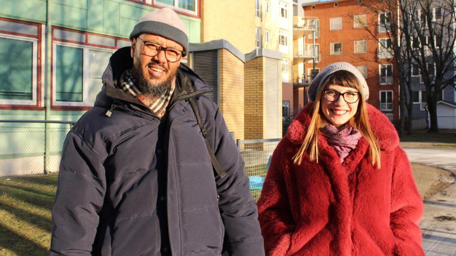 En man och en kvinna står bredvid varandra utanför kontorsbyggnad.