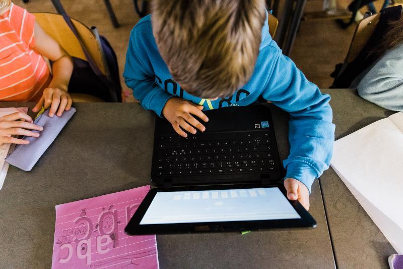 Elev och dator.