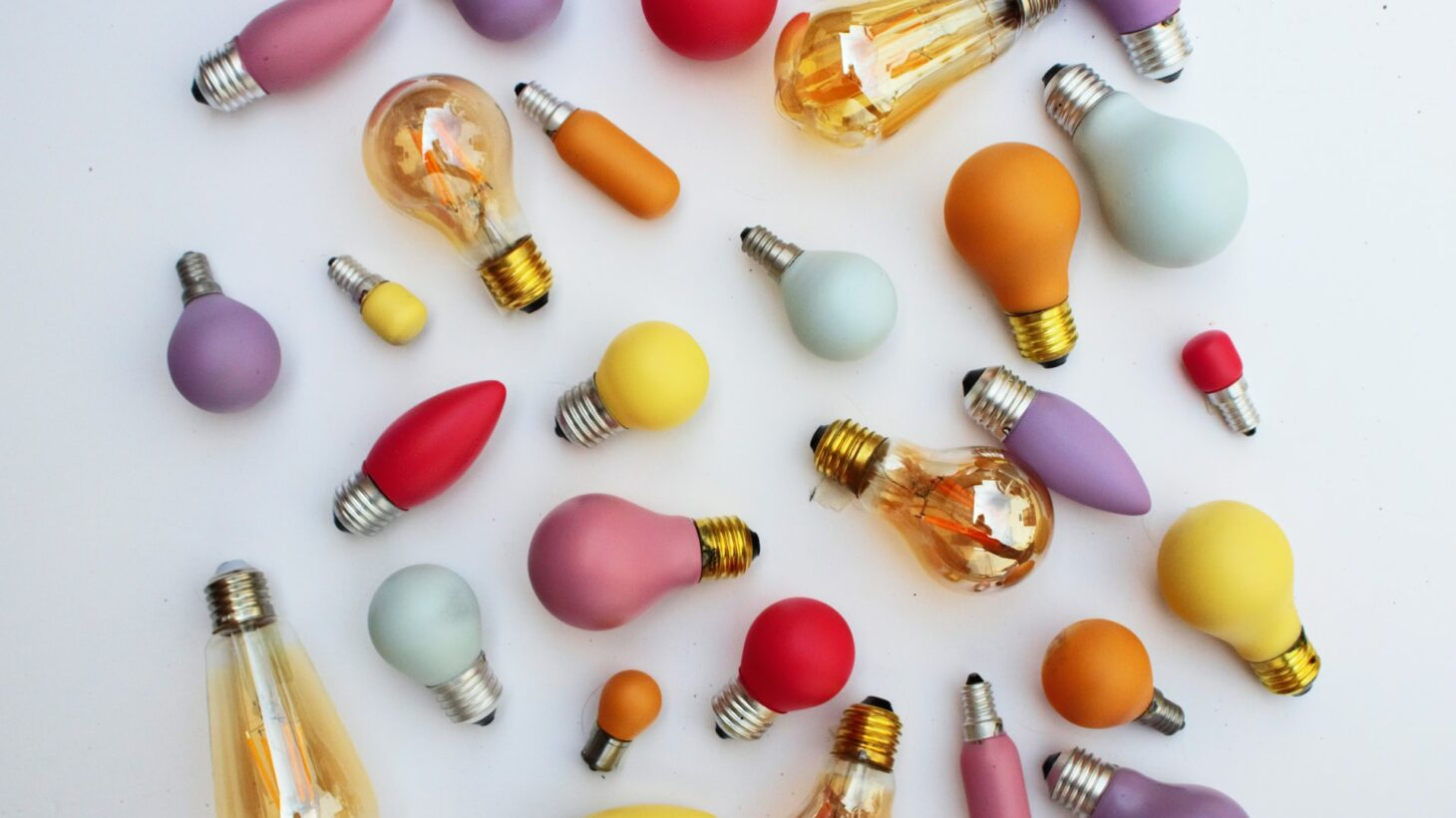 Glödlampor i olika färger.