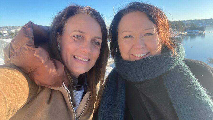 Ulrika Wirgin och Nina Svensson tar en selfie.