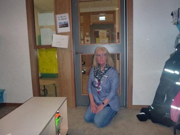 Carina Kristensson, förskollärare, sitter på golvet.