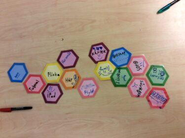 Geometriska former i olika färger.