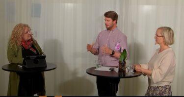 En man och kvinna intervjuas.