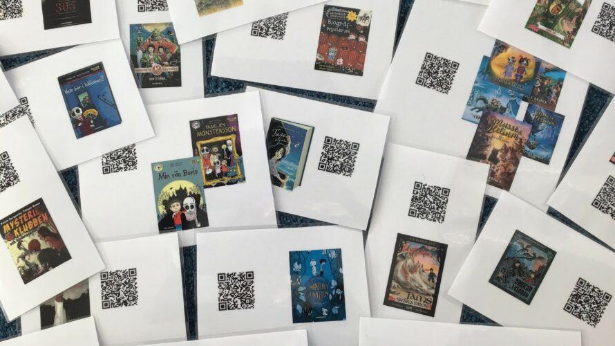 Papper med bokomslag och QR-koder.