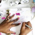 Händer skriver i kalender.