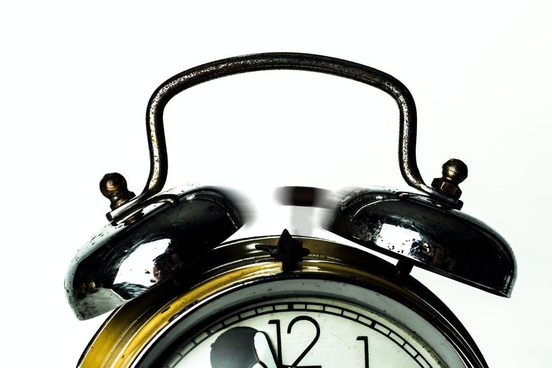 Analog väckarklocka som ringer.