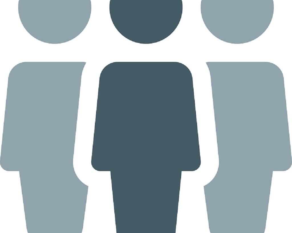 Två tecknade figurer står bakom en annan tecknad figur.