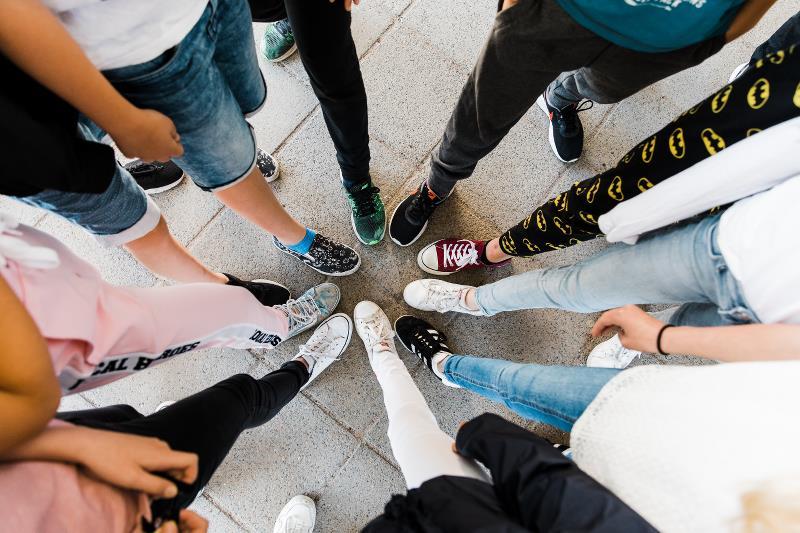 Elever sätter in fötterna i mitten så en cirkel bildas.
