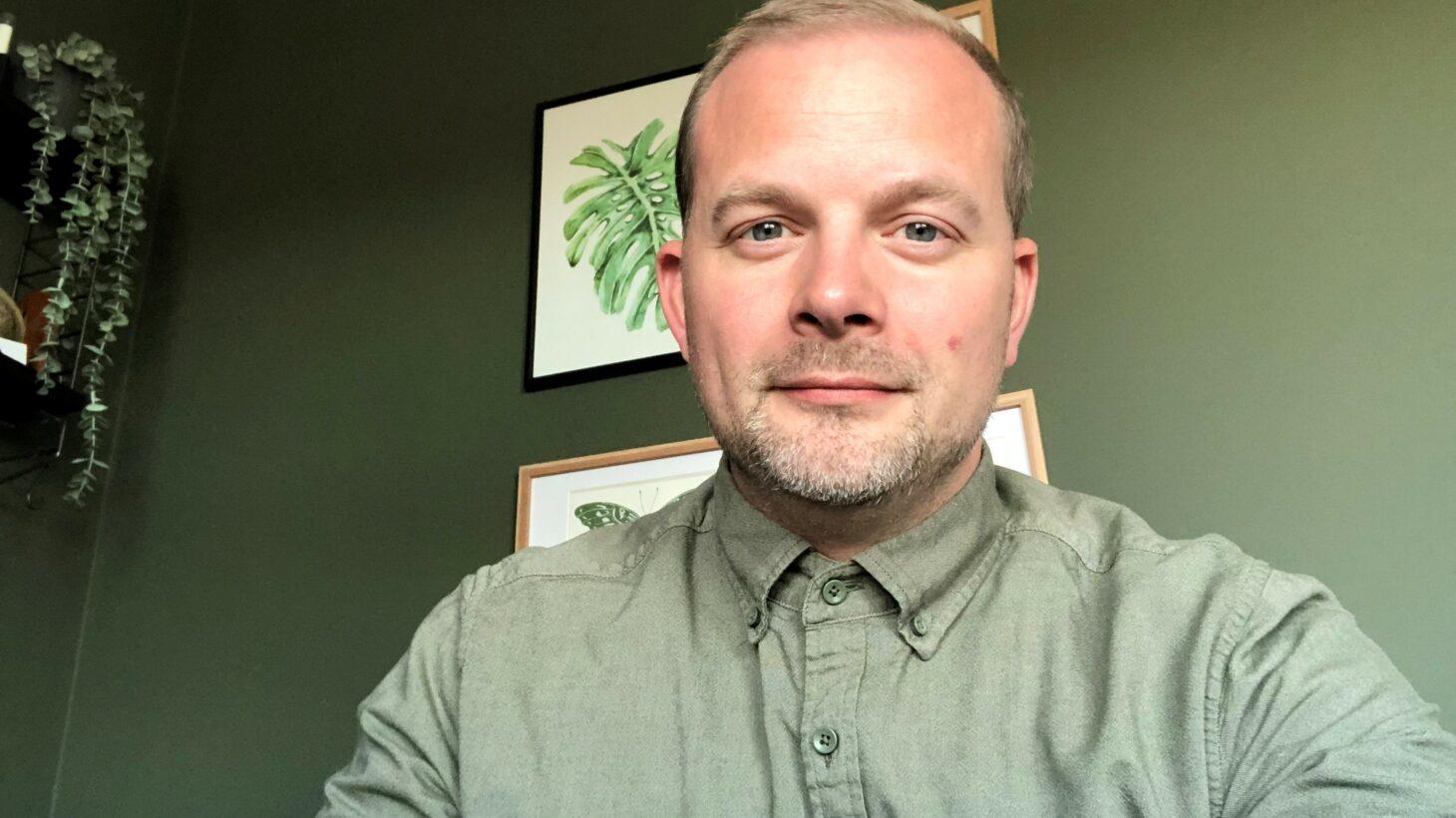 Porträttbild Bastian Jönsson i grön skjorta.