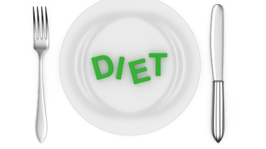"""en tallrik där det står """"diet"""" på samt två bestick bredvid"""