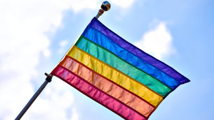 En regnbågsflagga.