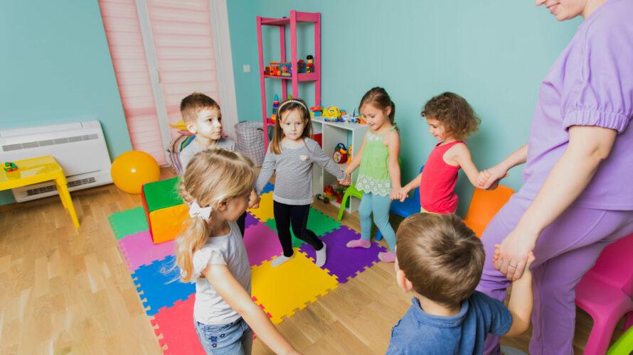 Barn dansar i färgglatt rum.