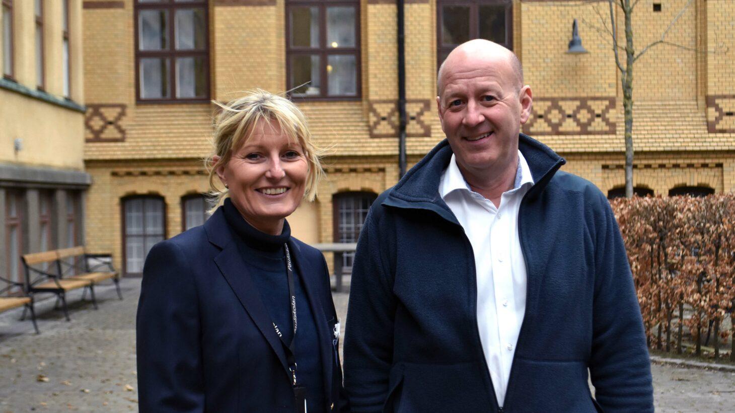 Åsa Pålsson och Christer Månsson står utanför Pauliskolan.
