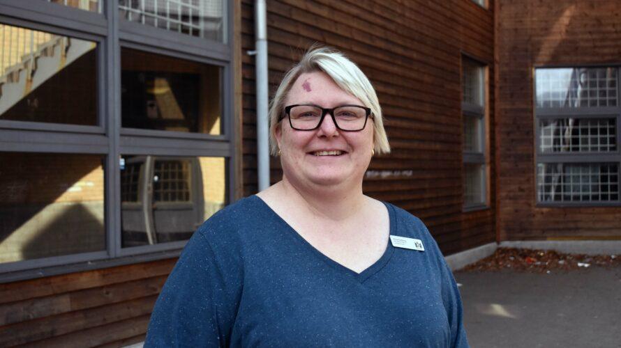 Anna Gullberg står på skolgården.