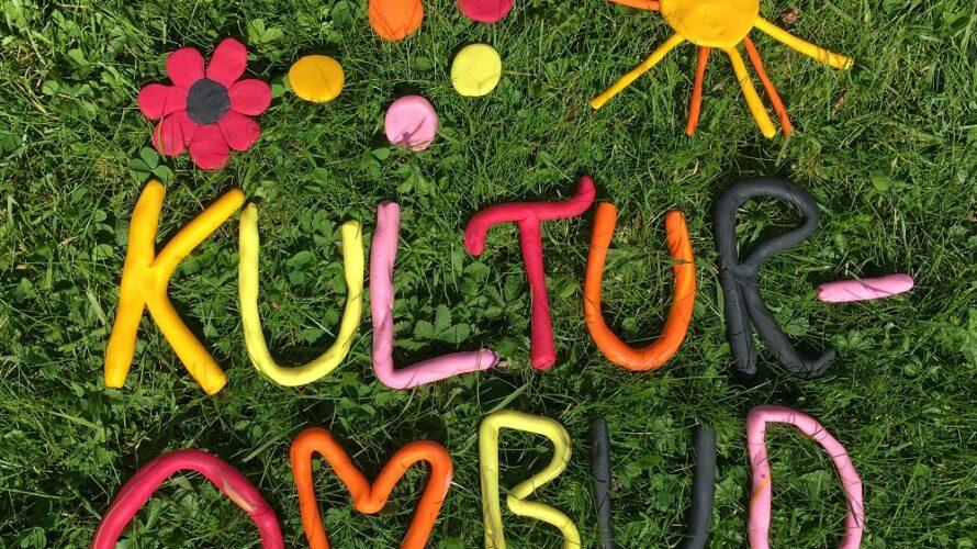 """Ordet """"kulturombud"""" skrivet i bokstäver av lera."""