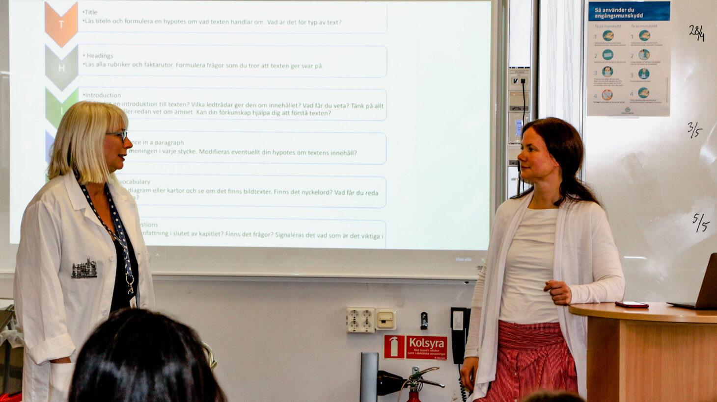 Emelie Bjurling och Linda Ellinore Lindberg föreläser i ett klassrum.