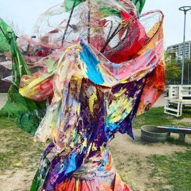Färgglatt konstverk av tyg och håvar.