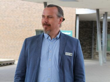 Tony Strömstedt står utanför Geijerskolan.