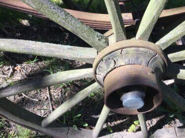 Närbild på ett gammalt vagnshjul