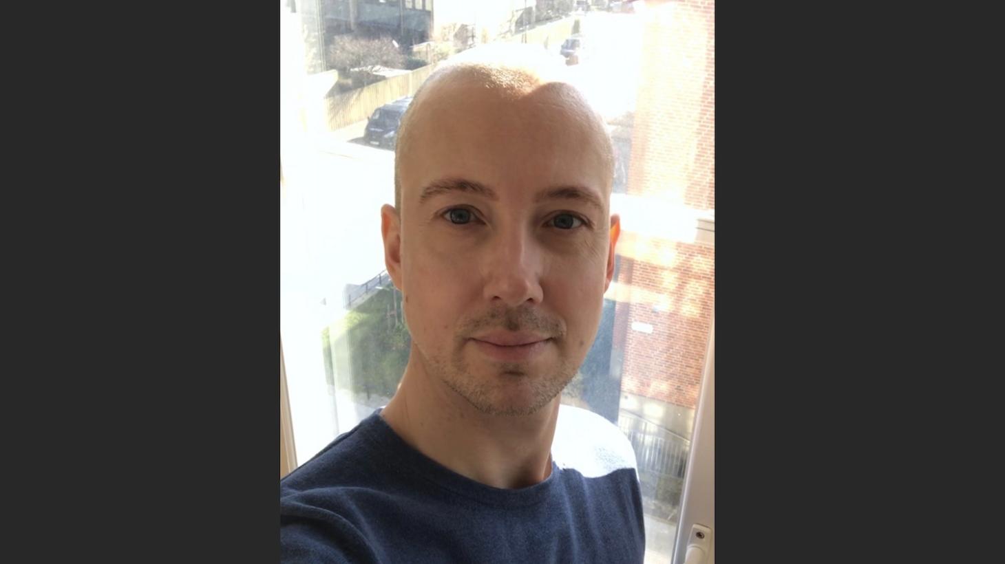 Erik Hallström tar en selfie.