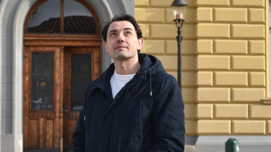 Fernando López Serrano står framför dörrarna på Malmö latinskola.