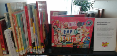 Barnböcker står i en hylla.