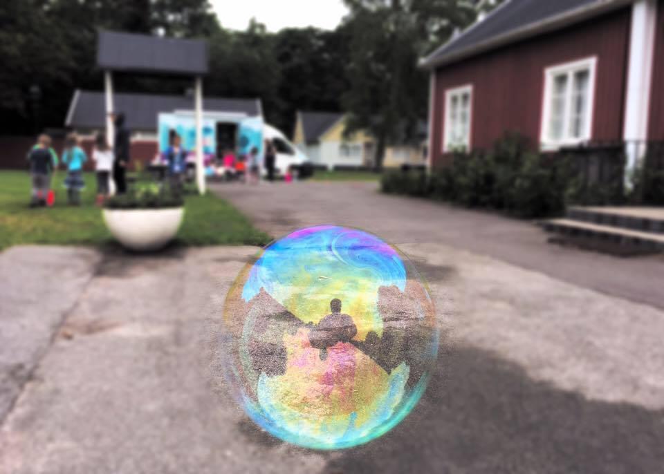 Spegling i såpbubbla.