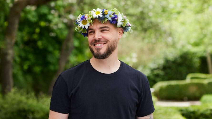 Nicolas Lunabba med blomsterkrans på huvudet.