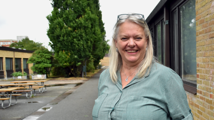 Ann Andersson står på förskolegården.