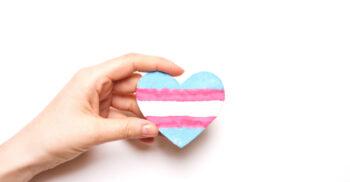 ett hjärta med transflaggan på