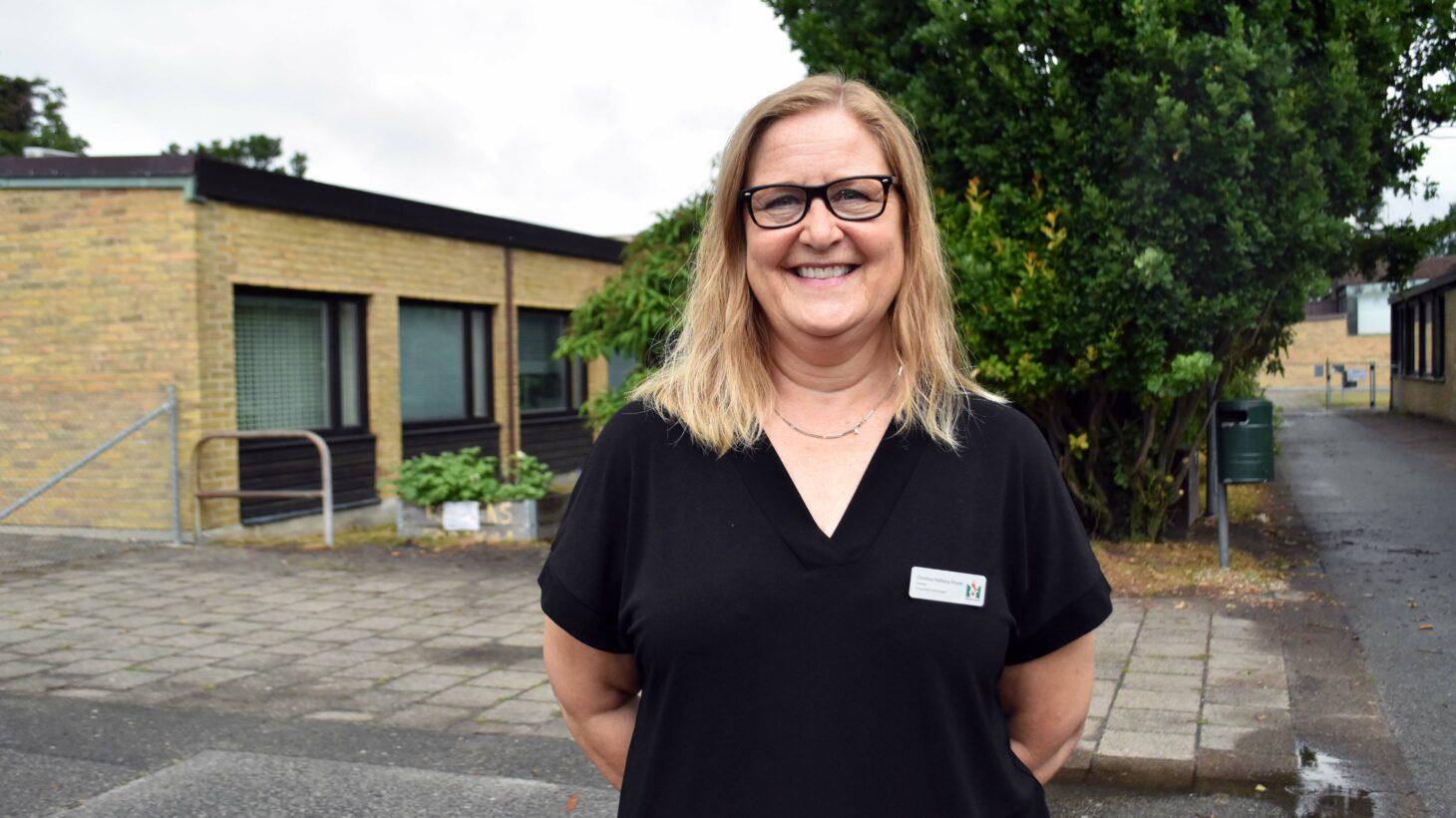 Christina Hallberg Olsson står på en skolgård.
