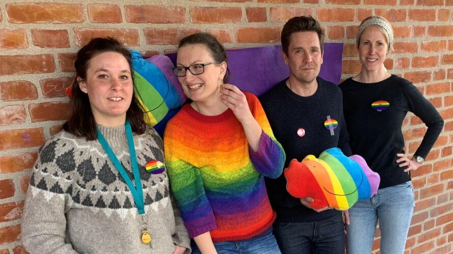 Elevhälsan och skolbibliotekarien iklädda regnbågsfärger.