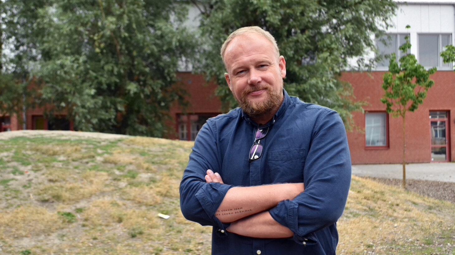 Peter Hansson står på skolgården.