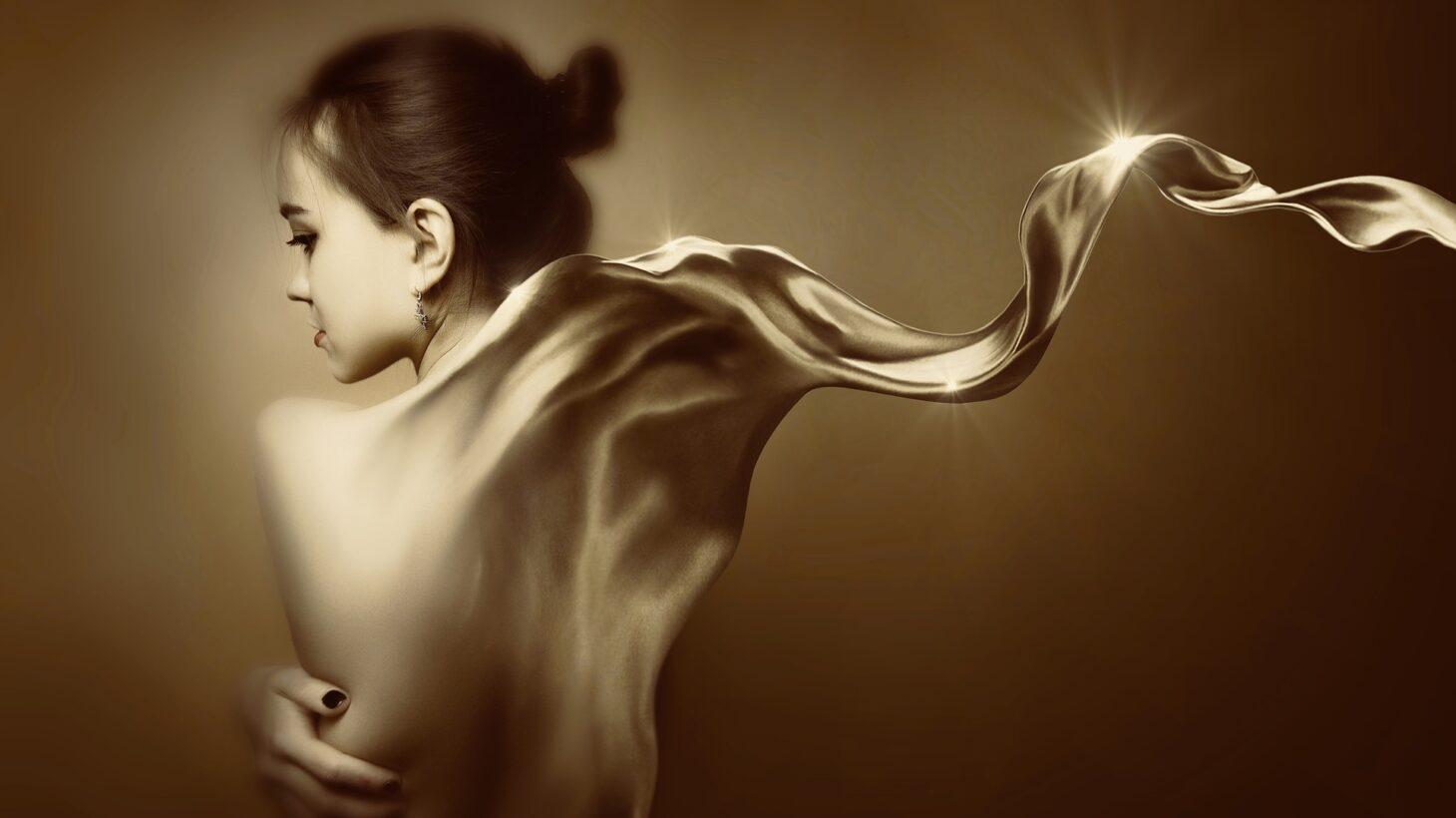 Redigerad bild i sepiaton på flicka med surrealistisk glänsande sjal.