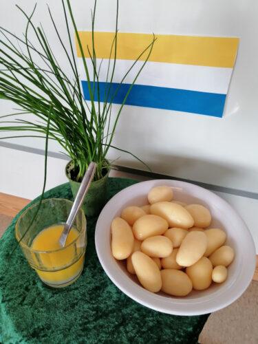 Kokt potatis och smält smör.
