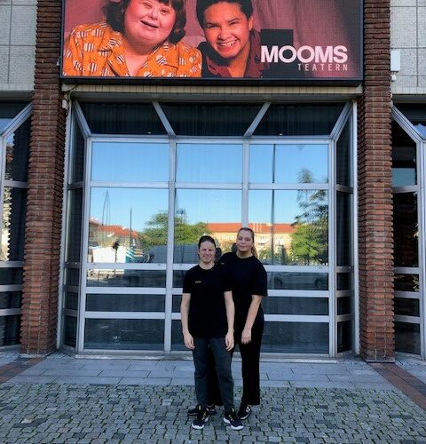Två personer står utanför Moomsteatern i Malmö.