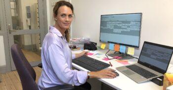 Ulrika Wirgin sitter framför dator.