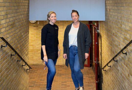 Emma Samuelsson och Anna Högberg står i början av en trappa.