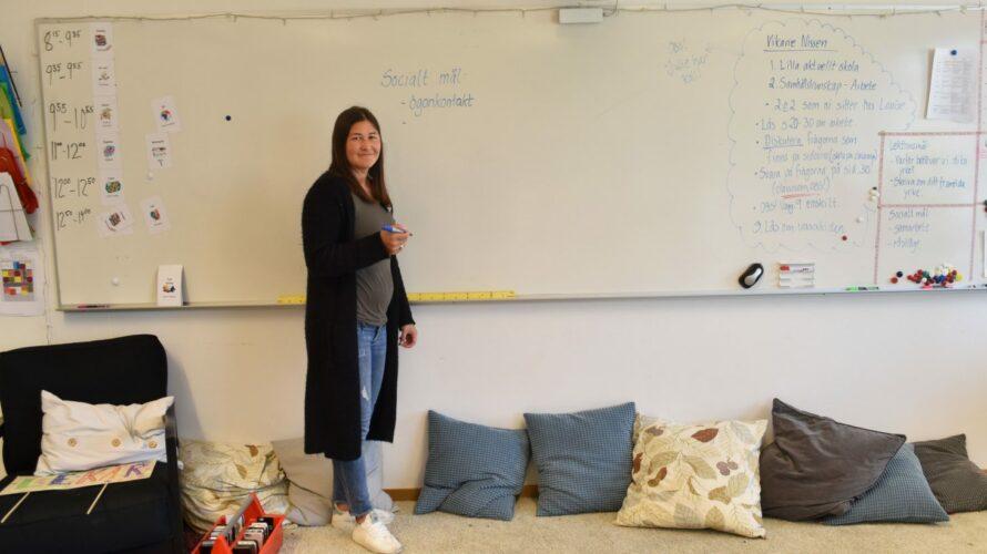 Desireé Dahlgren står framför en whiteboardtavla.