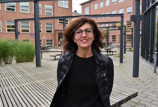 Elisabet Graci står utanför Fågelbacksskolan.