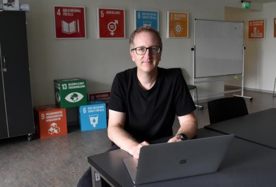 Porträttbild på Fredrik Thunberg, huvudredaktör på Pedagog Malmö.