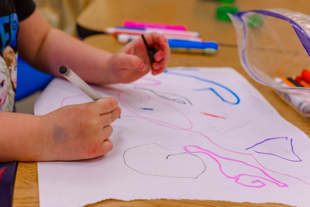 Barnhänder som ritar.