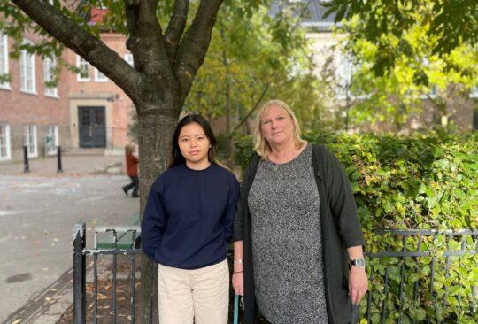 Annika Orsvall och Loan står på Sorgenfriskolans skolgård